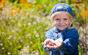 child-holding-worm