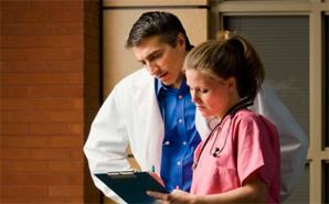 nurse-talking-to-doctor